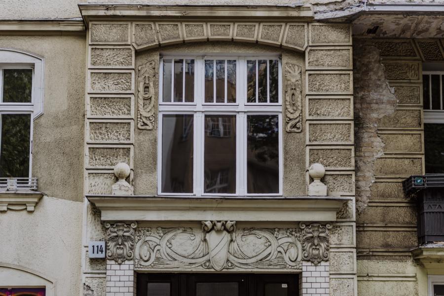 Verspielte Fassade des Mehrfamilienhauses
