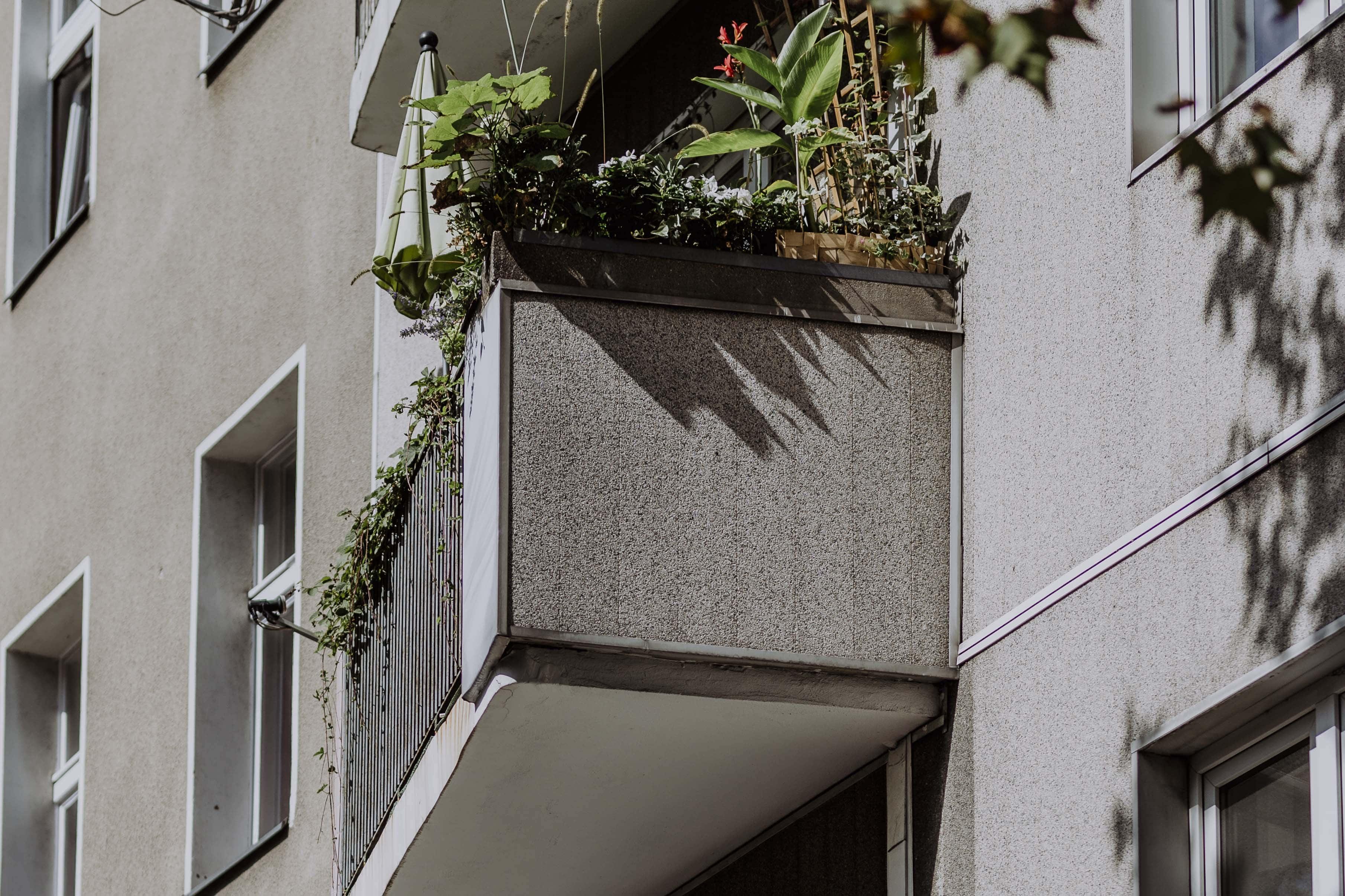 Balkon an dem Mehrfamilienhaus in Berlin