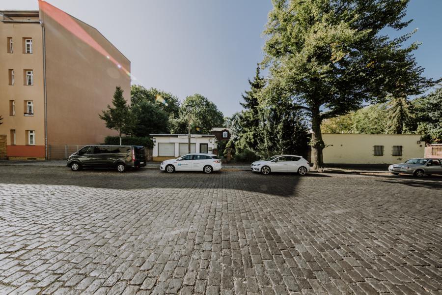 Straßenfront und Nachbarbebauung in Lichtenberg