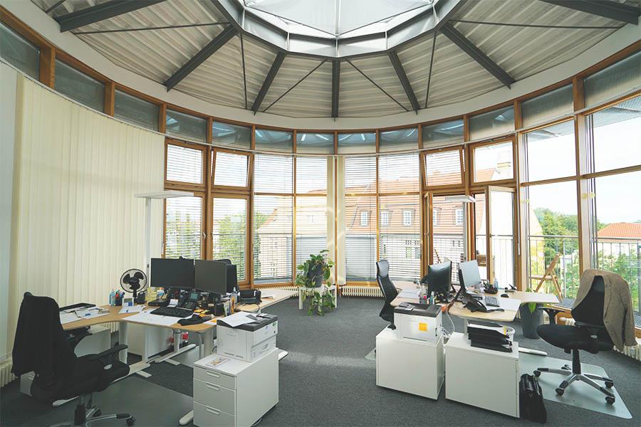 Büroraum im Dachgeschoss des Bürogebäudes